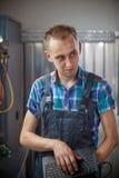 Vrai travailleur électrique automatique dans le garage Photos libres de droits