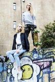 Vraie adolescente deux blonde traînant aux meilleurs amis d'été ensemble, concept de personnes de mode de vie Photo libre de droits