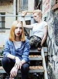 Vraie adolescente deux blonde traînant aux meilleurs amis d'été ensemble, concept de personnes de mode de vie Photo stock