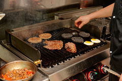 Vraie cuisine de restaurant de bar et grill Photos stock