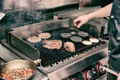 Vraie cuisine de restaurant de bar et grill, modifiée la tonalité Photographie stock