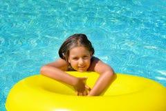 Vraie fille adorable détendant dans la piscine Image libre de droits