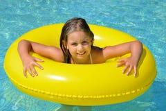 Vraie fille adorable détendant dans la piscine Photographie stock