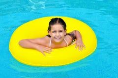 Vraie fille adorable détendant dans la piscine Photos libres de droits