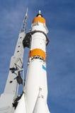 Vraie fusée sur une plate-forme de lancement Photographie stock