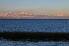 Vraie gamme de montagne de Cordillère au coucher du soleil derrière le lac Titicaca Photos libres de droits