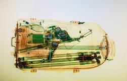 Vraie image de rayon X de la valise à l'aéroport Photographie stock libre de droits