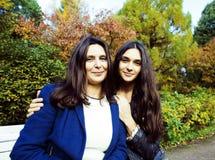 Vraie mère mûre avec la fille en dehors de la chute d'automne en parc Photo stock