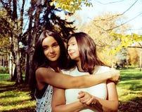 Vraie mère mûre avec la fille en dehors de la chute d'automne en parc Images libres de droits