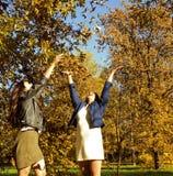 Vraie mère mûre avec la fille en dehors de la chute d'automne en parc, au sujet de Images libres de droits