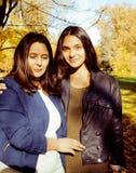 Vraie mère mûre avec la fille adolescente en dehors de la chute d'automne en parc, concept de sourire heureux de personnes de mod Image stock