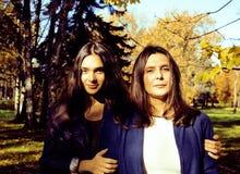 Vraie mère mûre avec la fille en dehors de la chute d'automne en parc Photos stock
