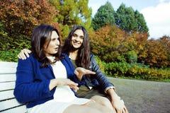 Vraie mère mûre avec la fille en dehors de la chute d'automne en parc Photos libres de droits