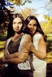 Vraie mère mûre avec la fille en dehors de la chute d'automne en parc Photographie stock