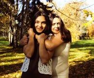 Vraie mère mûre avec la fille en dehors de la chute d'automne en parc Photo libre de droits