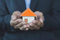 Vraie maison d'offre d'agent immobilier Assurance des biens et sécurité c image libre de droits