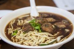 Vraie nourriture chinoise : soupe de nouilles de boeuf Photographie stock libre de droits