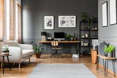 Vraie photo d'intérieur d'appartement de l'espace ouvert avec le sofa beige prochain Photographie stock