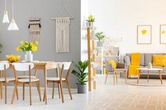 Vraie photo d'un intérieur à la maison spacieux avec la table en bois, blanche images stock