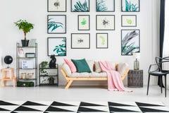 Vraie photo d'un sofa avec des coussins et de la couverture se tenant entre photographie stock