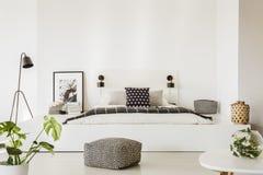 Vraie photo de spacieux, intérieur de chambre à coucher de scandi avec p modelé image stock