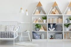 Vraie photo des supports en bois blancs avec les plantes vertes, les livres et le Cu image stock