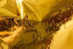 Vraie texture olographe d'or dans des couleurs à la mode avec des éraflures et des irrégularités Aluminium froissé par couleur ol image stock