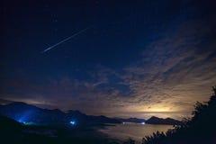 Vraies étoiles filantes avec le ciel d'obscurité le coucher du soleil Photographie stock libre de droits