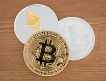 Vraies pièces de monnaie de cryptocurrency Bitcoin Ethereum et Litecoin Images libres de droits