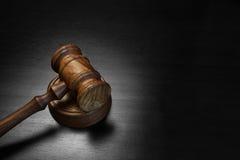 Vrais juges ou commissaire-priseur Gavel sur le Tableau en bois noir Photos stock