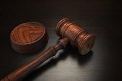 Vrais juges ou commissaire-priseur Gavel sur le Tableau en bois noir Photographie stock