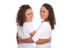 Vrais jumeaux semblables avec les boucles naturelles d'arrêt d'isolement au-dessus de b blanc Images libres de droits