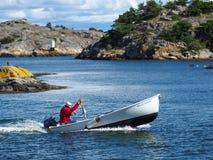 Vrango Szwecja, Sierpień, - 08: Niezidentyfikowany mężczyzna jedzie łódź na Sierpień 08, 2016 w Vrango, Szwecja Zdjęcia Stock