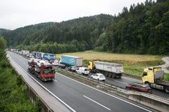 Vransko Slovenien/Slovenien - JULI 11 2018: Stoppa på den slovenska huvudvägen för lastbil mycket med havre Royaltyfri Fotografi