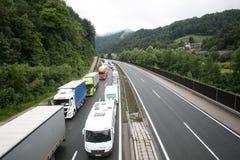 Vransko Slovenien/Slovenien - JULI 11 2018: Stoppa på den slovenska huvudvägen för lastbil mycket med havre Arkivfoton