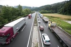 Vransko Slovenien/Slovenien - JULI 11 2018: Stoppa på den slovenska huvudvägen för lastbil mycket med havre Royaltyfri Bild