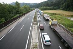 Vransko Slovenien/Slovenien - JULI 11 2018: Stoppa på den slovenska huvudvägen för lastbil mycket med havre Royaltyfria Foton