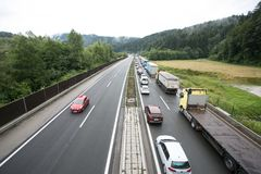 Vransko Slovenien/Slovenien - JULI 11 2018: Stoppa på den slovenska huvudvägen för lastbil mycket med havre Fotografering för Bildbyråer
