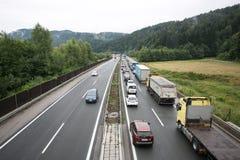 Vransko Slovenien/Slovenien - JULI 11 2018: Stoppa på den slovenska huvudvägen för lastbil mycket med havre Arkivbild