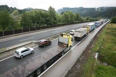 Vransko Slovenien/Slovenien - JULI 11 2018: Stoppa på den slovenska huvudvägen för lastbil mycket med havre Royaltyfria Bilder
