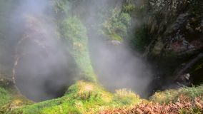 Vrata地狱喷泉Ada门在喷泉谷的  克罗诺基火山在堪察加半岛的自然保护 股票录像