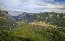 Vratzata och byn av Zgorigrad, Bulgarien royaltyfria foton