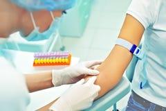 Vårda att förbereda sig att göra en injektion för att ta för blod. Läkarundersökning Arkivfoton