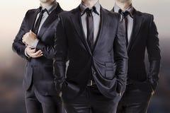 Övre bild för slut av affärsmän i svart dräkt Royaltyfri Fotografi