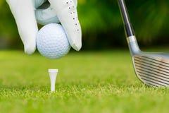 Övre sikt för slut av golfboll på utslagsplats Royaltyfri Bild