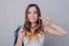 Vrede aan iedereen! Sluit omhoog portret van vrolijke blije mooi royalty-vrije stock foto's