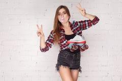Vrede! De in vierlingen van de vrouwenholding en het tonen van v-teken stock foto