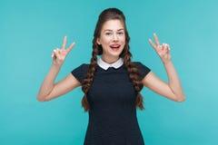 Vrede, optimistische blik! Geluk jonge vrouw die v-teken tonen stock foto