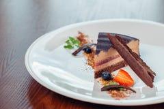 Vrede van gelaagd soufflédessert met chocoladesaus op plaat, op houten lijst royalty-vrije stock afbeelding