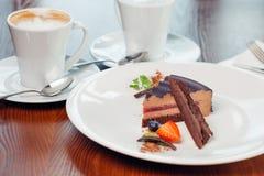 Vrede van gelaagd soufflédessert met chocoladesaus op plaat, op houten lijst royalty-vrije stock foto